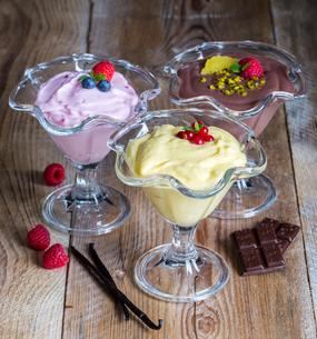 dessertvariation chocolate cream raspberry cream vanilla creamの写真素材 [FYI00646046]