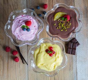 dessertvariation chocolate cream raspberry cream vanilla creamの写真素材 [FYI00646047]