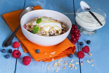 muesli with yoghurt and fruit on woodの写真素材 [FYI00646059]