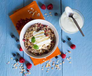 muesli with yoghurt and fruit on woodの写真素材 [FYI00646060]