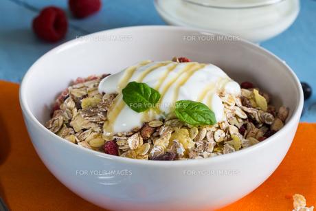 muesli with yoghurt and fruit on woodの写真素材 [FYI00646063]