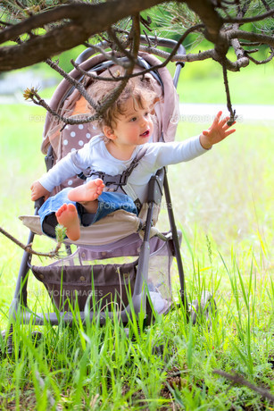Baby boy in stroller outdoorの写真素材 [FYI00646078]