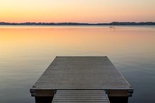 Wooden pier in the Scandinavian evening lakeの写真素材 [FYI00646082]