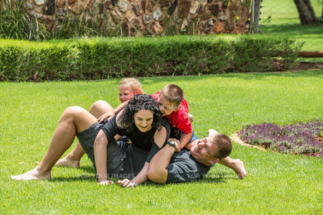 Family Playing on Lawnの写真素材 [FYI00646083]