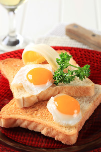 Fried eggs and toastの写真素材 [FYI00646127]