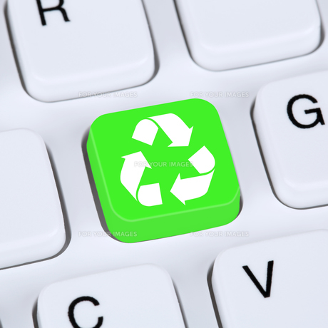 internet concept recycling button for environmental protection on computer keyboardの写真素材 [FYI00646128]