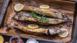 Baked Fish on a Roaster Panの写真素材 [FYI00646132]