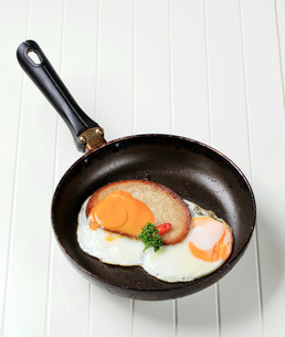Fried egg and breadの写真素材 [FYI00646154]