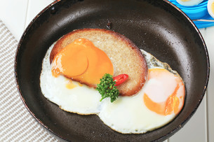 Fried egg and breadの写真素材 [FYI00646155]