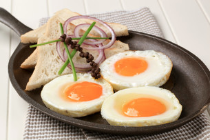 Fried eggs and breadの写真素材 [FYI00646166]