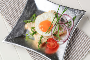 Fried egg and white breadの写真素材 [FYI00646173]