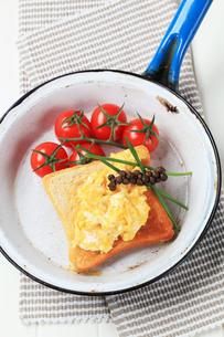 Scrambled eggs on toastの写真素材 [FYI00646176]