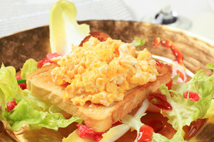 Toast and scrambled eggs on nest of fresh saladの写真素材 [FYI00646177]