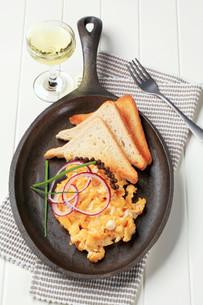 Scrambled eggs and toastの写真素材 [FYI00646179]