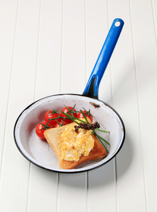 Scrambled eggs on toastの写真素材 [FYI00646189]
