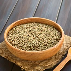 Raw Lentils in Wooden Bowlの写真素材 [FYI00646308]