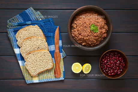 Wholegrain Bread with Red Kidney Bean Spreadの写真素材 [FYI00646326]