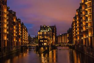 the speicherstadt in hamburg in the night as long exposureの写真素材 [FYI00646390]