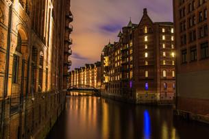 the speicherstadt in hamburg in the night as long exposureの写真素材 [FYI00646392]
