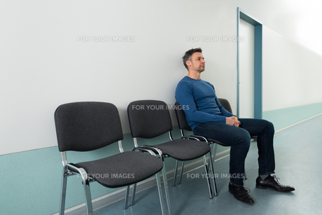 Man Sitting On Chair In Hospitalの写真素材 [FYI00646444]