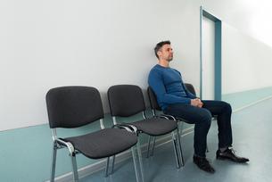 Man Sitting On Chair In Hospitalの写真素材 [FYI00646444]