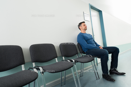 Man Sitting On Chair In Hospitalの写真素材 [FYI00646445]