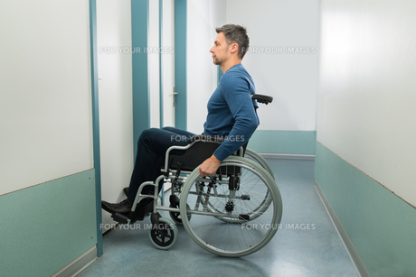 Disabled Man Entering In Roomの写真素材 [FYI00646465]