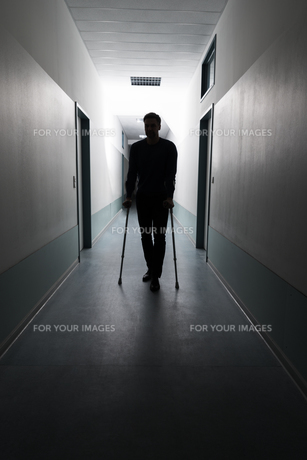 Man Walking With Crutchesの写真素材 [FYI00646470]