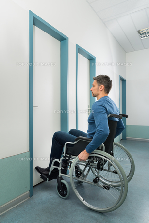 Disabled Man Entering In Roomの写真素材 [FYI00646471]