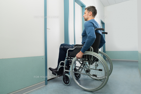 Disabled Man Entering In Roomの写真素材 [FYI00646472]