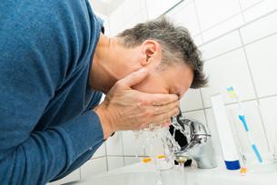 Man Washing Faceの写真素材 [FYI00646487]