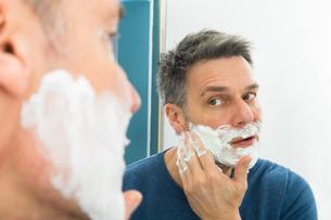 Man Applying Shaving Creamの写真素材 [FYI00646488]