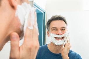 Happy Man Applying Shaving Creamの写真素材 [FYI00646490]