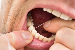 Man Flossing Teethの写真素材 [FYI00646492]