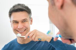 Happy Man Holding Toothbrushの写真素材 [FYI00646494]
