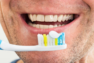 Smiling Man With Toothbrushの写真素材 [FYI00646495]