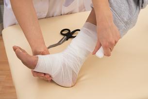 Nurse Tying Bandage On Patient's Footの写真素材 [FYI00646497]
