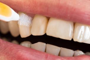 Man Cleaning His Teethの写真素材 [FYI00646499]