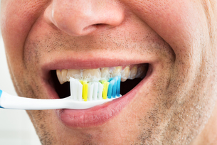 Smiling Man With Toothbrushの写真素材 [FYI00646501]
