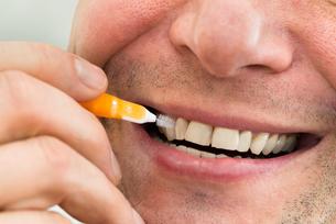 Man Cleaning His Teethの写真素材 [FYI00646503]