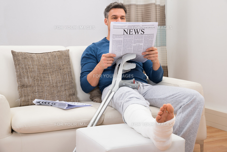 Disabled Man Reading Newspaperの写真素材 [FYI00646518]