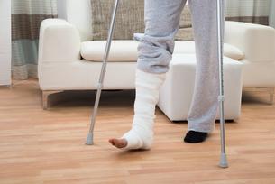 Man Using Crutches For Walkingの写真素材 [FYI00646528]