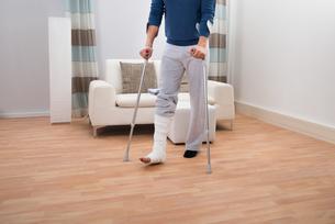 Man Using Crutches For Walkingの写真素材 [FYI00646530]