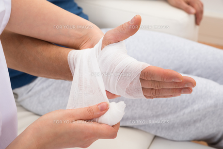 Nurse Bandaging Patient's Handの写真素材 [FYI00646531]