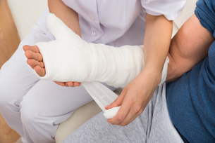 Nurse Dressing Patient's Handの写真素材 [FYI00646540]