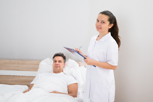 Doctor Holding Medical Reports Of Patientの写真素材 [FYI00646546]
