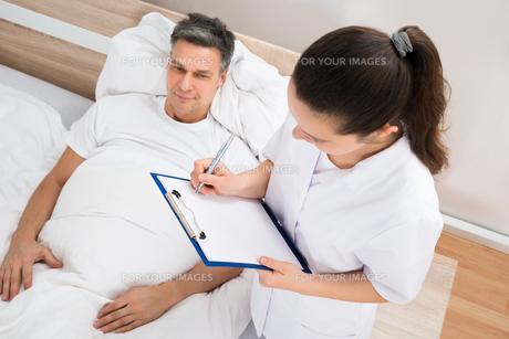 Doctor Giving Prescription To Patientの写真素材 [FYI00646547]