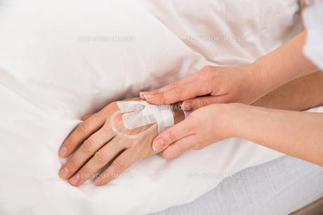 Iv Drip In Patient's Handの素材 [FYI00646556]