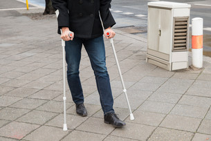 Man Trying To Walk Using Crutchesの写真素材 [FYI00646573]