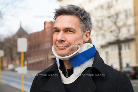 Man Suffering From Neck Acheの写真素材 [FYI00646575]